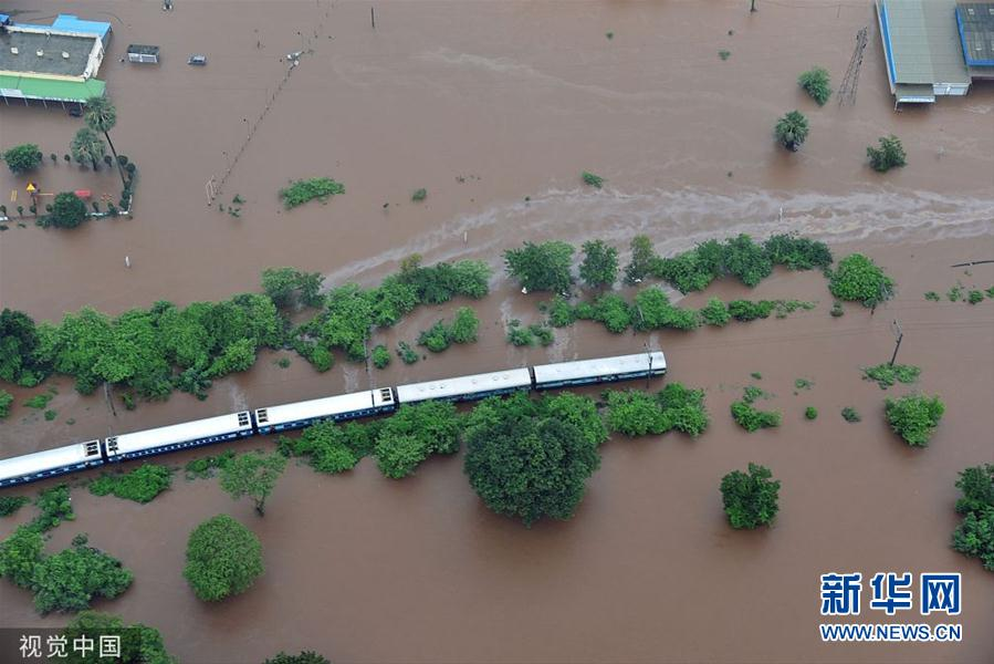 印度暴雨导致铁路轨道积水 约1000人受困在火车内
