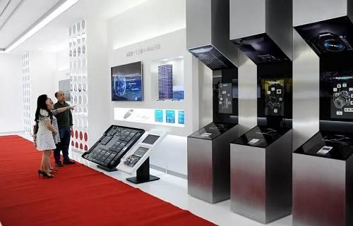 资料图片:2014年5月9日,参观者在三星(中国)半导体有限公司产品展览室进行参观。(新华社)