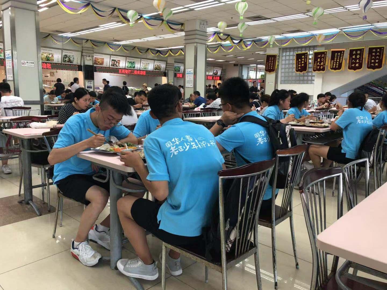 老区少年在学生食堂用餐