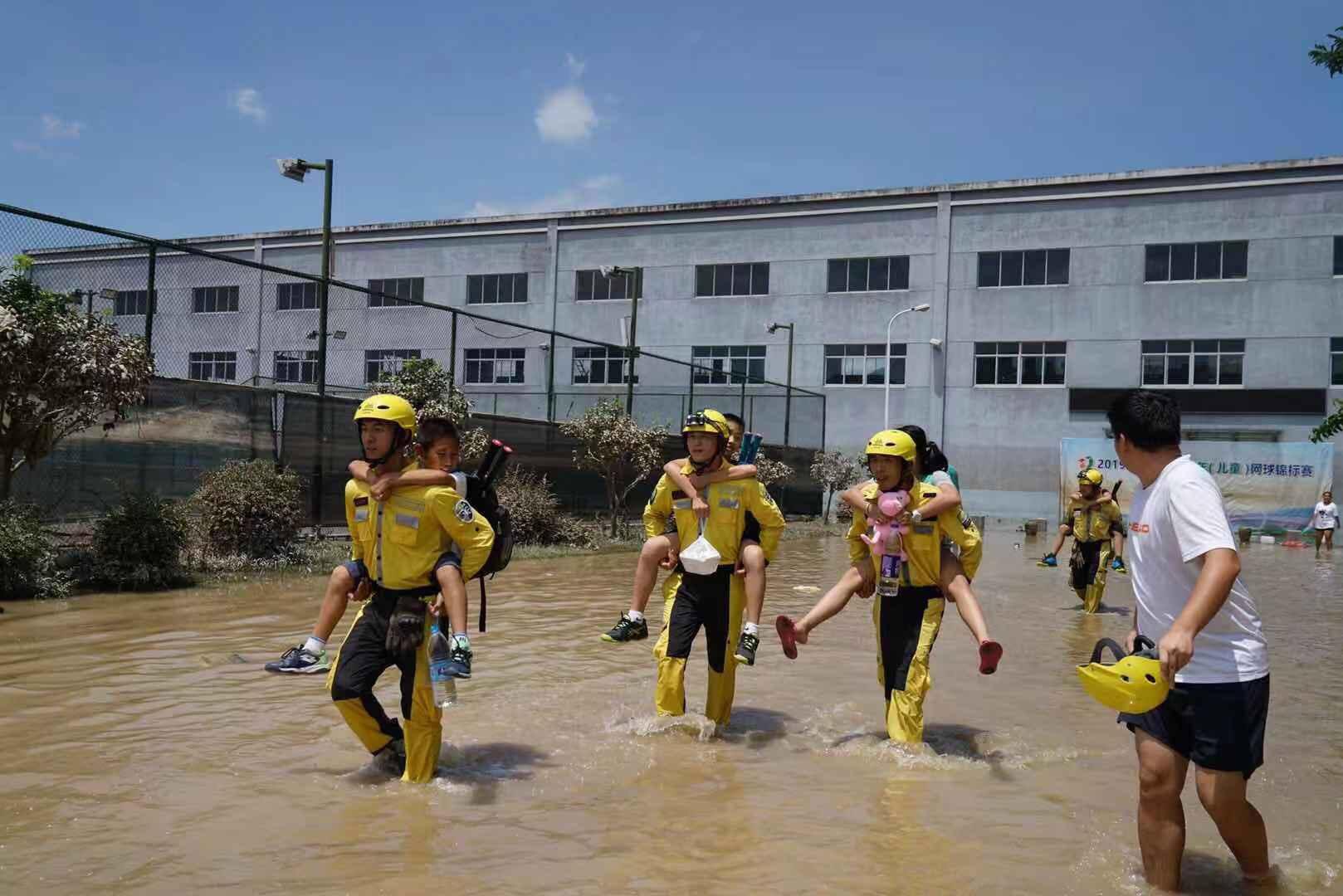 清理校园内的淤泥,并疏导释放积水,等水位降至腰部以下后,公羊队队员们将被困者一个个从学校背出来。受访者供图