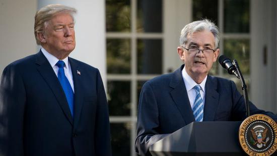 """新浪美股讯 在2年期/10年期美债收入率弯线倒挂之后,美国总统特朗普坐不住了,他再次将矛头对向""""宿敌""""美联储。周三,特朗普连发数条推特指斥美联储及其主席鲍威尔,指斥其添剧了人们对美国经济放缓的忧忧郁,将美债收入率倒挂归咎于美联储。"""