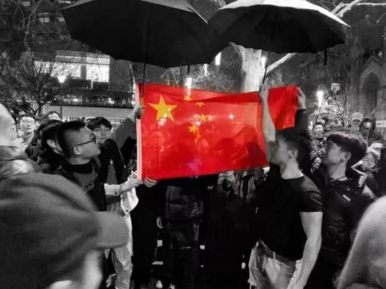 """17日的悉尼街头,留学生和爱国华人们举行""""爱国护港""""和平游行,年轻的女孩带领着人群一遍遍练习""""撑警队,惩暴徒""""的口号。"""