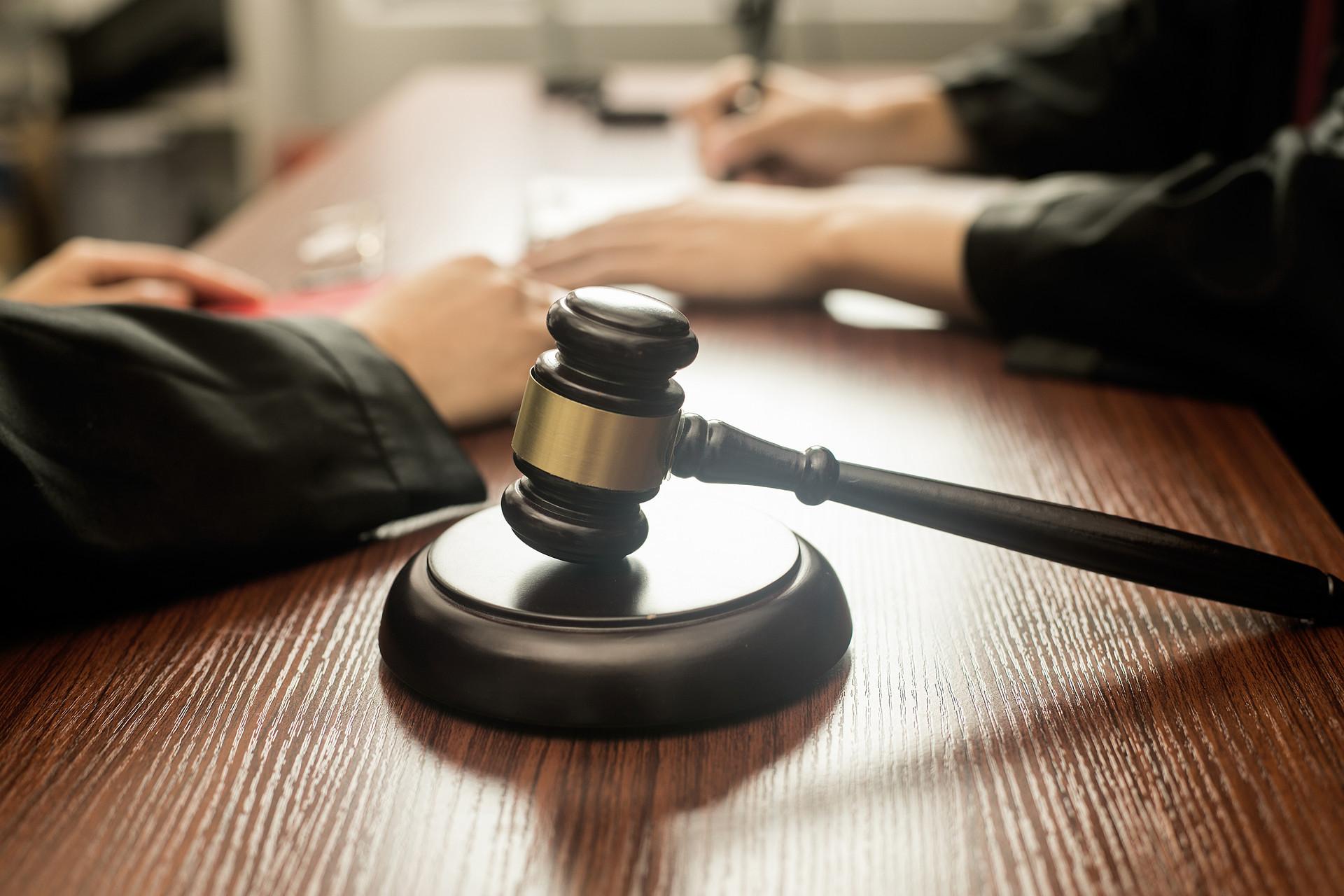 """""""两高""""发布的操纵证券期货市场刑事案件法律适用问题有了权威解释。"""