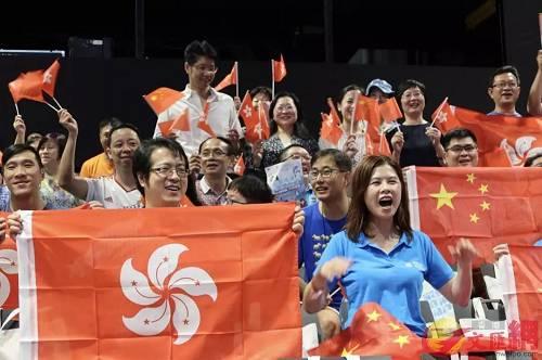 """24日,""""守护香港 家庭同乐日""""活动在香港海洋公园启动,四个香港普通家庭参加了启动仪式。其中,有中学生以公开信的方式,呼吁参与暴力示威活动的青少年珍惜和平的社会环境,为香港和祖国的发展贡献力量。"""