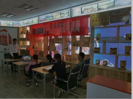 """(图:贵州威宁苏宁扶贫实训店""""手机应用技能培训""""现场)"""