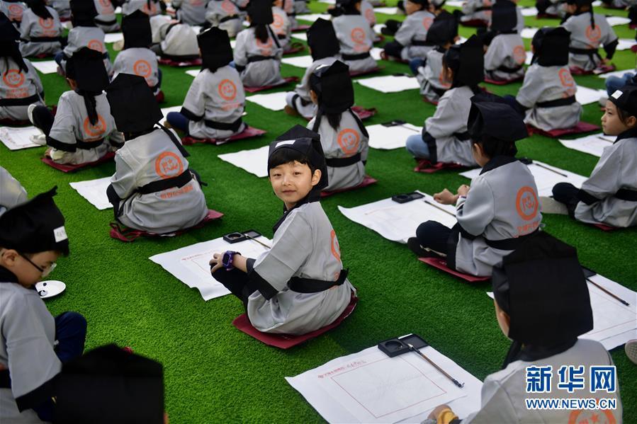 """9月1日,青海省西宁市文汇小学一年级的学生们在""""开笔礼""""仪式上。新华社记者 张龙"""