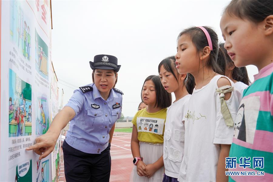 9月1日,南京铁路东站派出所民警在南京市石埠桥小学利用漫画向小学生宣讲安全知识。 新华社记者 李博