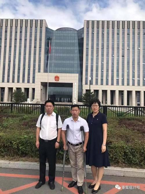 9月6日上午,金哲红在律师陪同下前往吉林高院领取了赔偿决定书。 受访者供图