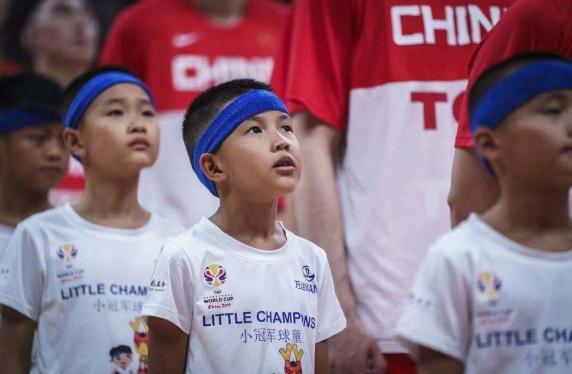 (图说:8月31日,来自丹寨的12名小球童与中国队一起出场)