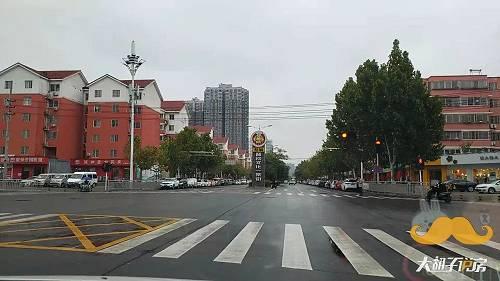 2016年底,郑州拆完张家村后,便宣布四环内再无城中村。这在广州和深圳是不可思议的事情,因为在高房价的今天,很多村子已经贵的拆不动了。