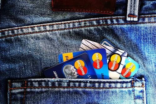 裤兜被信用卡塞满,你也是个百万负翁了。/ pexels