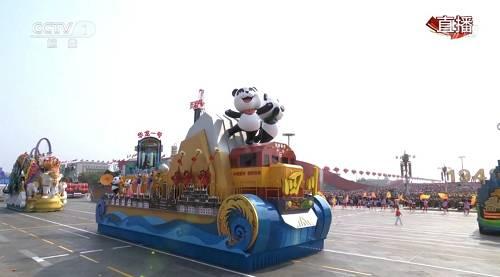 """在游行中,""""逐梦兴川""""四川彩车车身长15米,宽6米,高度足足有3层楼高,9.16米左右。"""