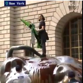 """据@中国日报,当地hg0088开户投注10月7日,美国几名气候转折环保主义者向纽约著名地标华尔街铜牛泼""""伪血""""抗议,被警察逮捕。"""
