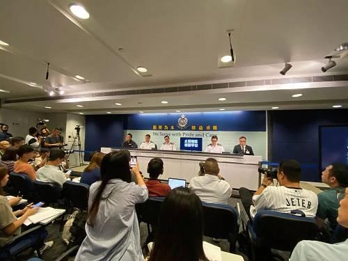 <b>香港警方记者会:首次发现有人针对警员使用土制炸弹</b>