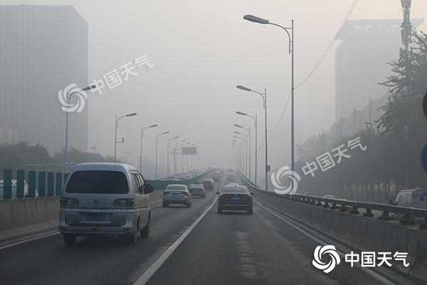 河北中南部大雾高速封闭 周末气温喜人仍有雾