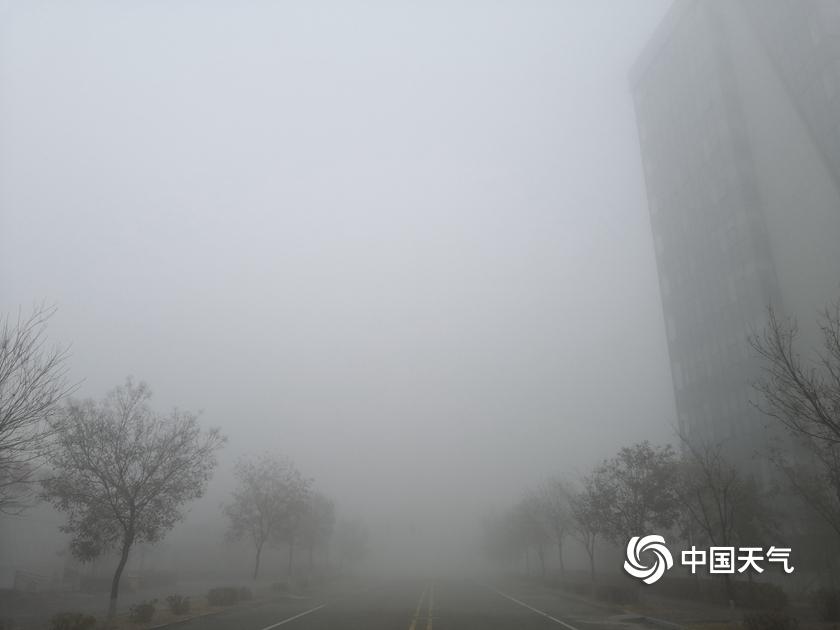 内蒙古鄂尔多斯市大雾再起  城区一片朦胧