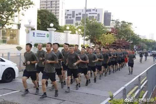 """驻香港部队官兵赢得现场市民阵阵掌声,不少香港市民欢呼:""""多谢!""""""""好帅!"""""""