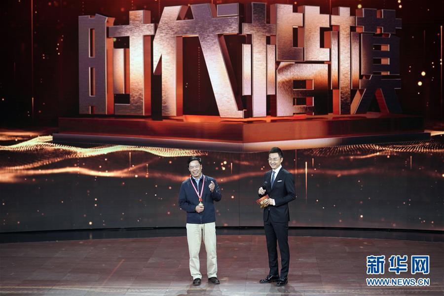 """朱有勇(左)在""""时代楷模""""发布仪式现场接受采访(11月29日摄)。新华社记者 金良快"""