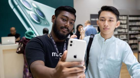 """摩根大通分析师Samik Chatterjee表示:""""根据我们对供应链的调查,我们预计新品发布节奏将发生战略性变化。我们预计,苹果公司将在2021年上半年和下半年各发行两款新iPhone,这将有助于季节性需求。"""""""