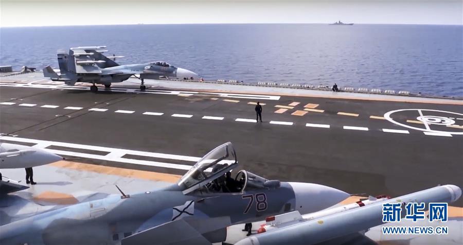 """这张来自俄罗斯国防部网站2016年11月15日的视频截图表现,在地中海东部海域,俄军战斗机停在""""库兹涅佐夫""""号航母甲板上。俄罗斯武装力量总参谋长格拉西莫夫6日宣布,俄""""库兹涅佐夫""""号航母编队6日最先驶离叙利亚地中海水域,返回俄北部港口北莫尔斯克。新华社/美联"""