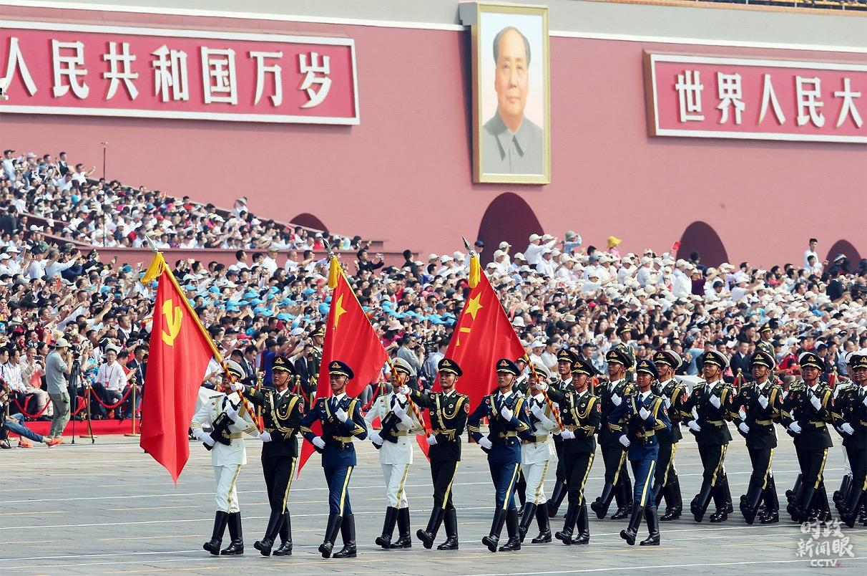 2019年国庆盛大的阅兵仪式上,仪仗方队首次同时高擎党旗、国旗、军旗通过天安门广场接受检阅。