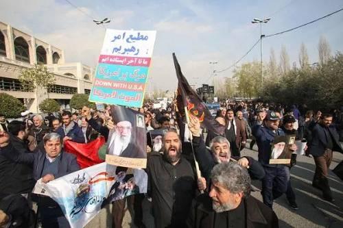 """伊朗示威者3日在德黑兰街头抗议美国炸物化""""圣城旅""""指挥官苏莱曼尼(法新社)"""