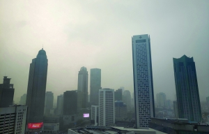 今天雾霾继续,外出注意防护