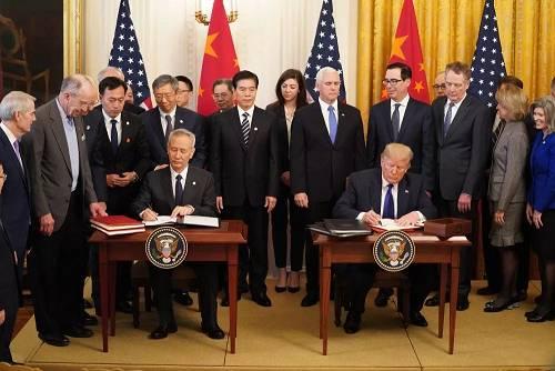 1月15日,刘鹤与特朗普在美国首都华盛顿白宫东厅共同签定制定文本。 新华社记者 王迎 摄