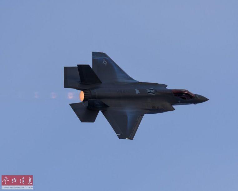 起飞后的F-35A启动后燃器,添速飞走。