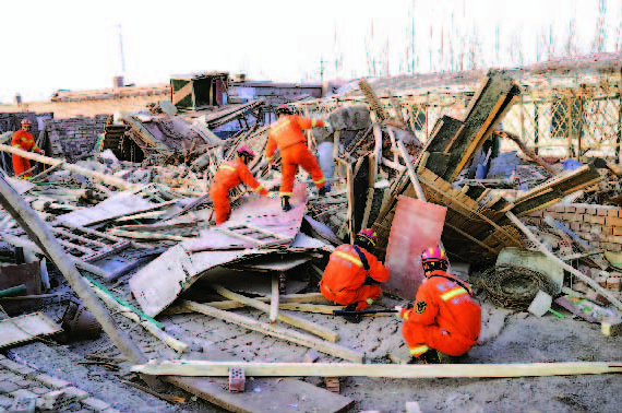 新疆首批救灾物资连夜运抵地震灾区