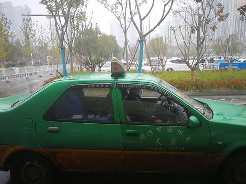 1月23日下午3时许,荆州火车站出租车停靠站点,一名司机正戴着口罩。