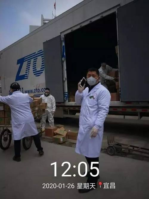 1月26日,由中通快递连夜从江苏江阴发去湖北省宜昌市的声援物资已经到达到达湖北宜昌第三人民医院。