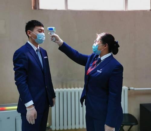 员工进行体温监测