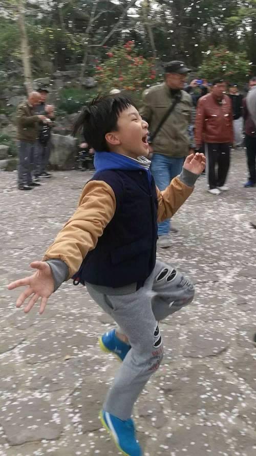 图自新世相公号最近看到了这张照片,特别受触动。男孩说,他在等樱花飞进嘴里,好知道春天的味道。