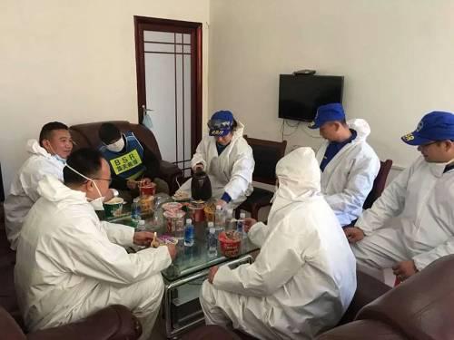 赓续奋战一个众星期,席文辉和队友们克服了重重难得,渴了喝矿泉水,饿了吃方便面,回家晚了怕打扰家人就睡沙发,第二天一大早再起程。