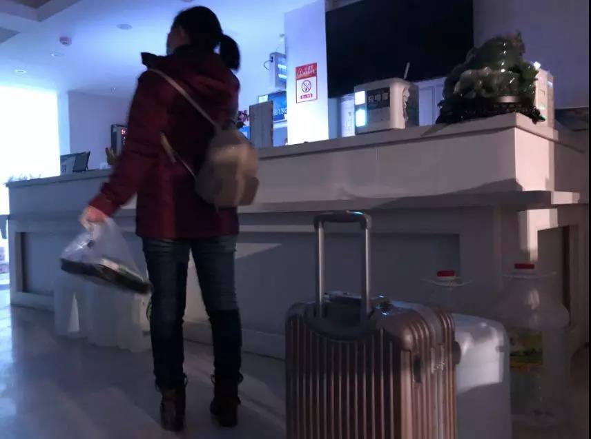 1月30日下午,一名医护人员入住悦东方酒店。新京报记者向凯 摄