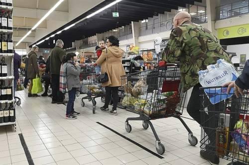 3月16日,在法国北部城市里尔,人们在超市排队结账。新华社发(塞巴斯蒂安·库尔吉摄)