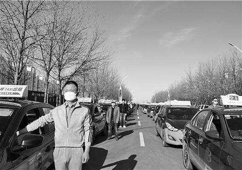 4月4日,新疆阿勒泰地区哈巴河县客运站外,出租车司机们为逝者默哀。杨 欢摄(中经视觉)