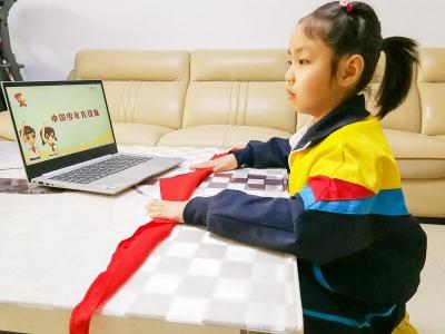 灵石县一年级学生通过观看云队课学习队前教育知识