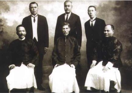 """(正中间坐着的是""""香港大佬""""何东、左边站着的是何福,来源:Wikimedia Commons)"""