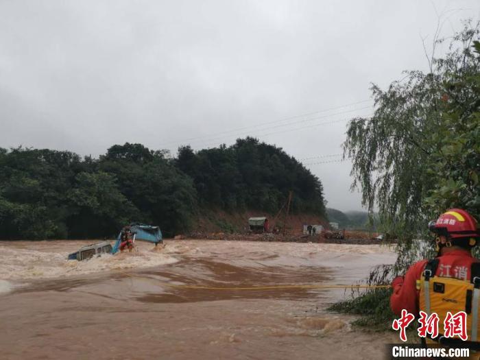 暴雨突袭工人被困挖机 浙江柯城消防凌晨紧急救援