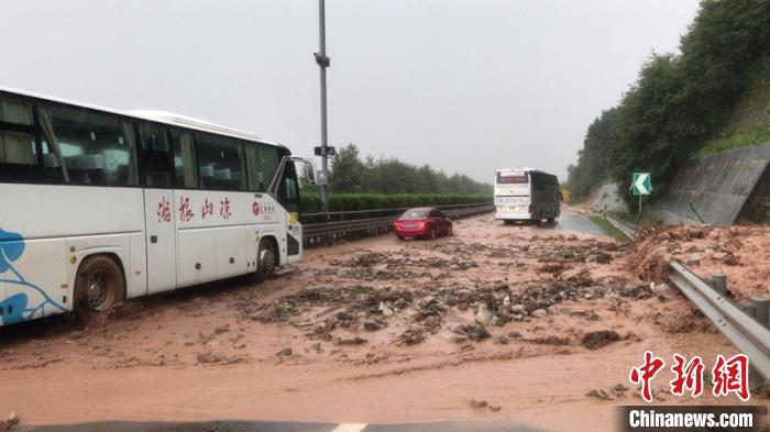 再发泥石流灾害  京昆高速四川雅西段双向管制