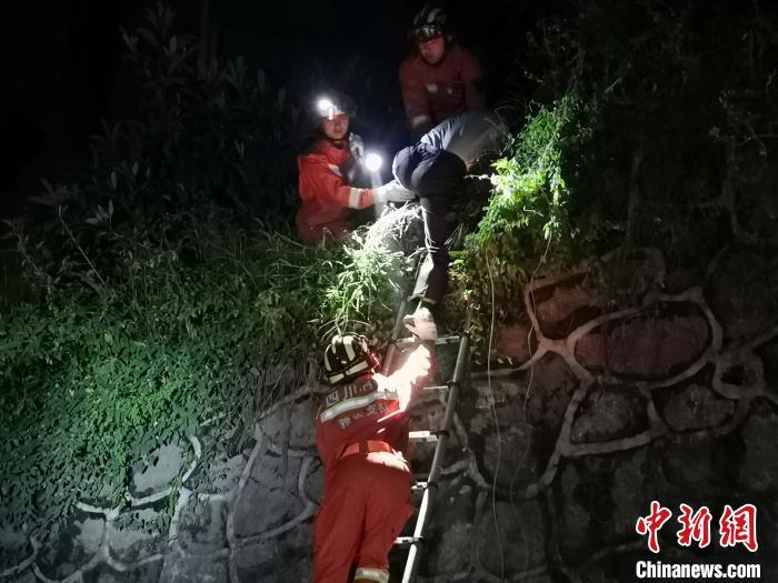 四川汉源山体滑坡:目前已救出4人 仍有5人失联