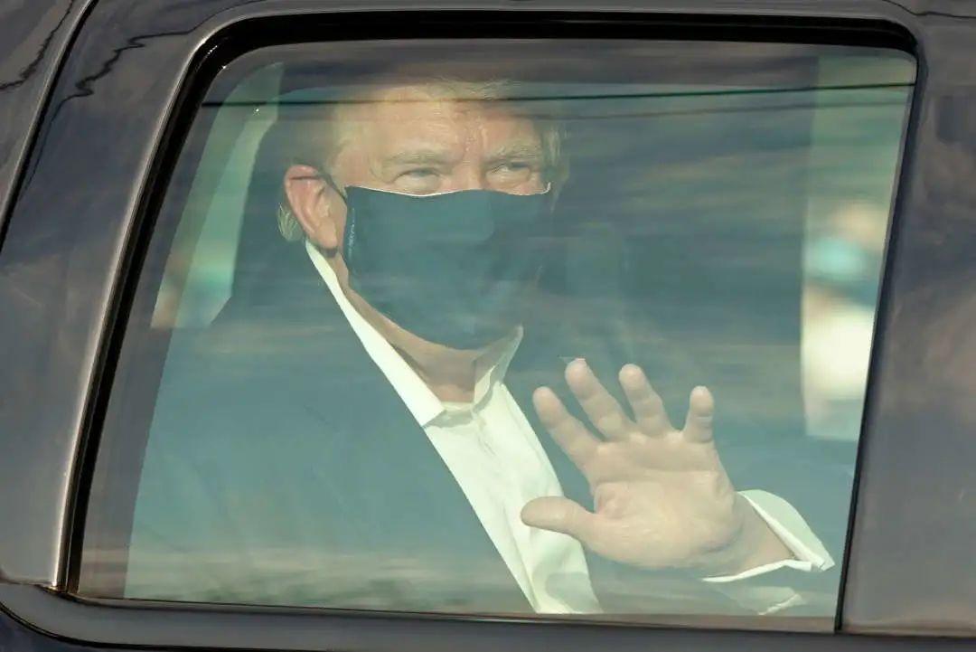 最新!美媒:特朗普乘专车短暂离开医疗中心,白宫医生承认特朗普曾吸氧