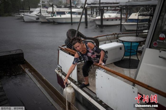 """飓风""""德尔塔""""致美国约50万户断电 一人死亡"""