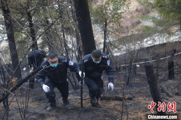 西藏亚东移民警察协同驻地成功扑救山火