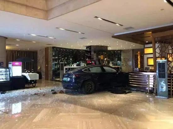 """usdt自动充值(caibao.it):特斯拉又曝""""加速门""""!一辆Model 3撞入旅店大堂,司机:我有40年驾龄了,真没踩油门 第1张"""