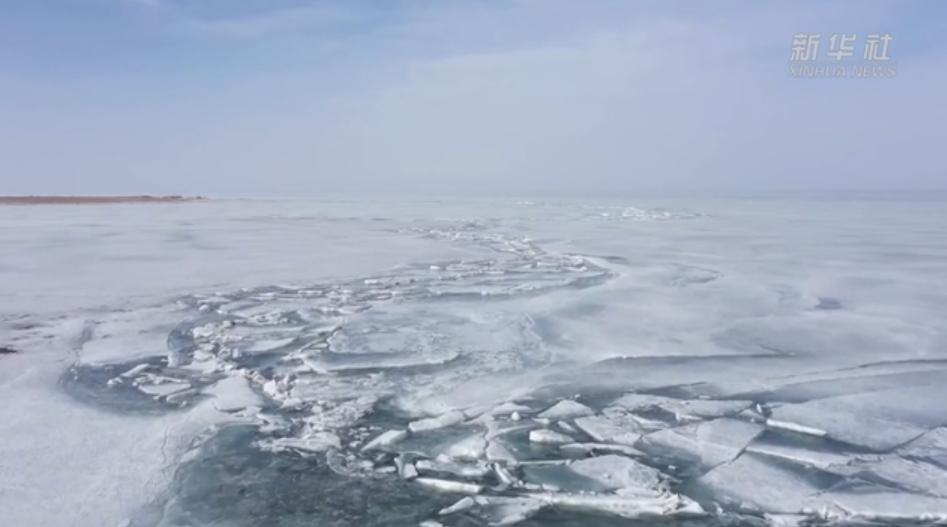 我国最大内陆淡水湖推冰奇观 冰面形态各异