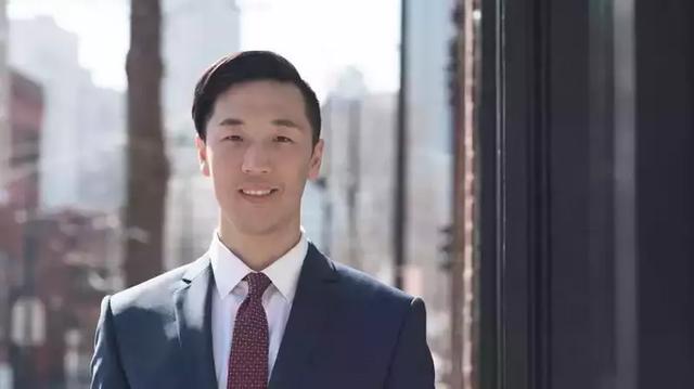 美国一华裔议员酒吧戴口罩被白人质问:为啥戴?身上有没有病毒?
