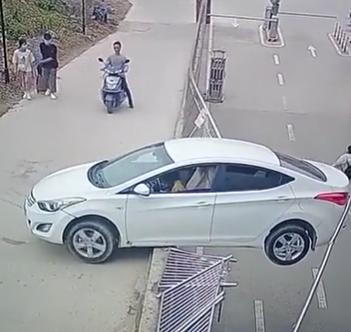 """女司机倒车""""蜜汁""""操作:一脚油门轿车悬空""""趴窝"""""""